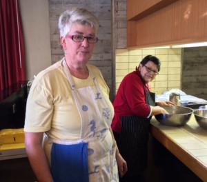 Agnes Odermatt und Hedi Suter sorgen fürs leibliche Wohl der Sternsinger